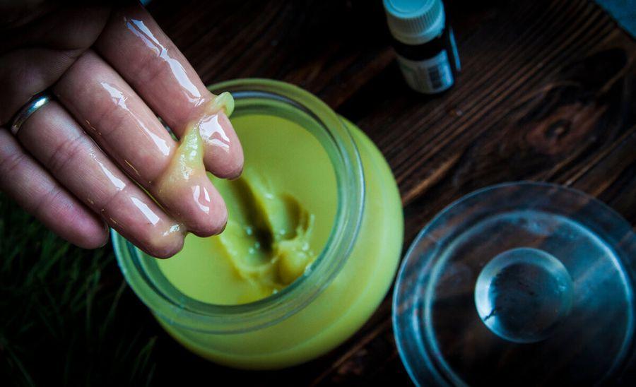 Пока крапива молодая, готовим густое витаминное масло для волос - отличная маска и спасение для секущихся кончиков