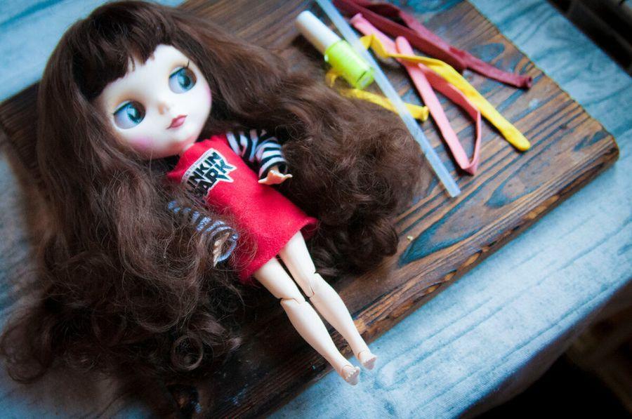 Дочка попросила сделать для куклы резиновые сапожки. Сделала за 10 минут при помощи воздушного шарика и клея
