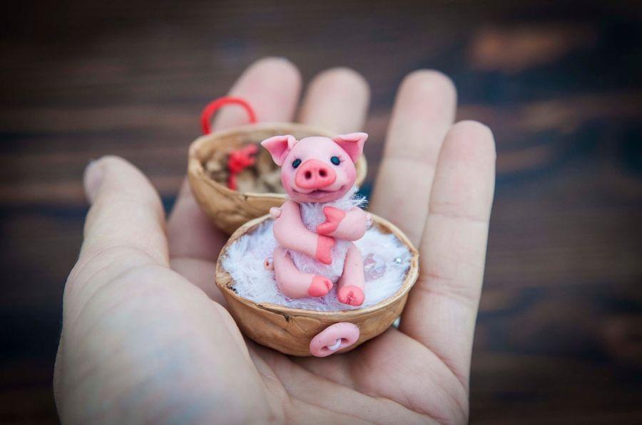 Киндер-сюрприз в грецком орехе. Маленькая подвижная свинка