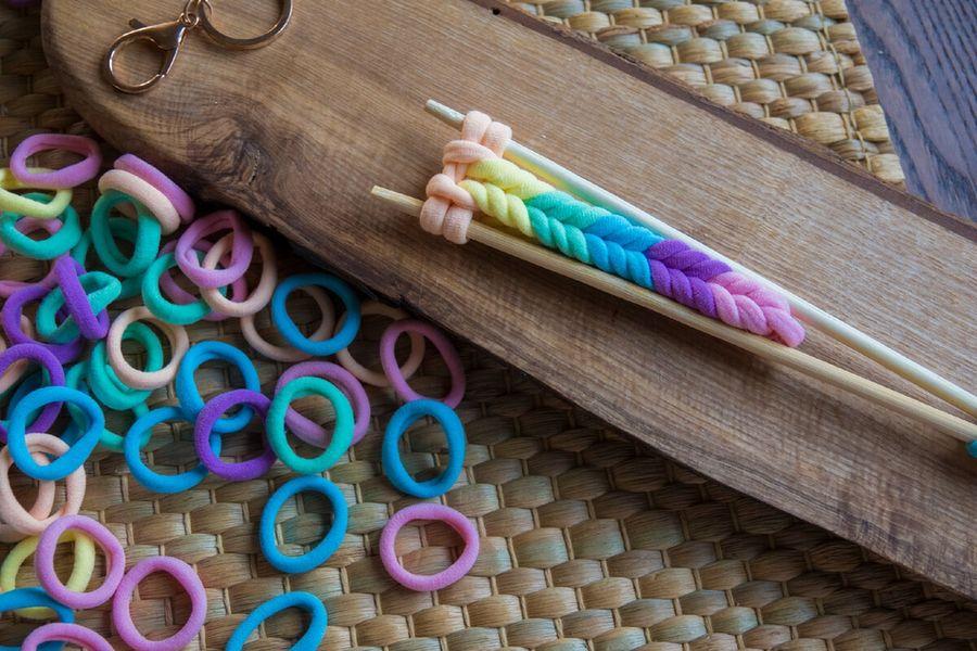 Плетем брелок из резинок для волос