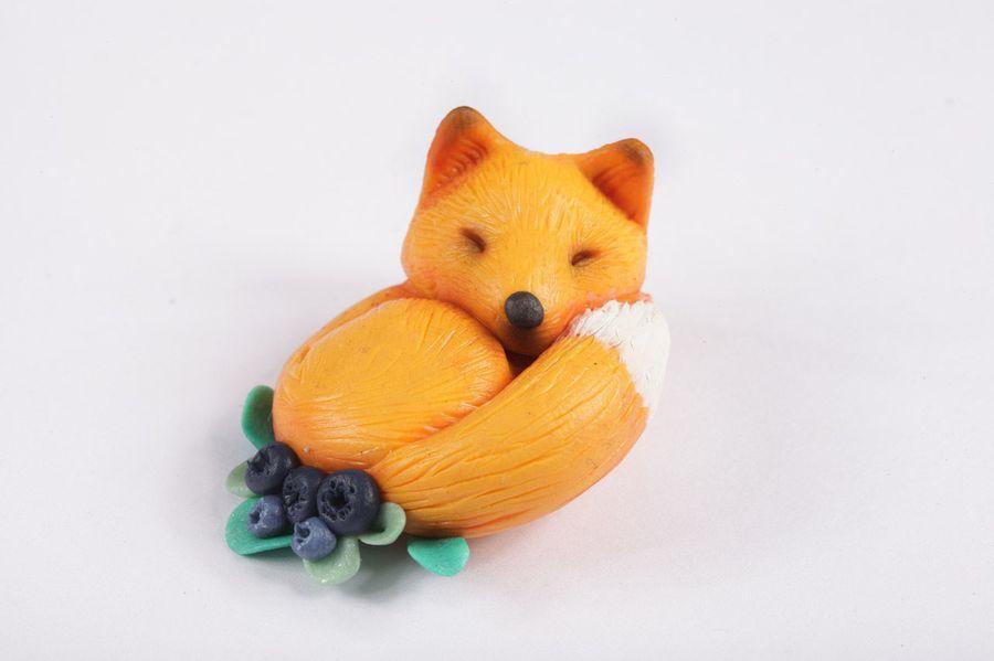Милая спящая лисичка в ягодах - модная и яркая брошка!