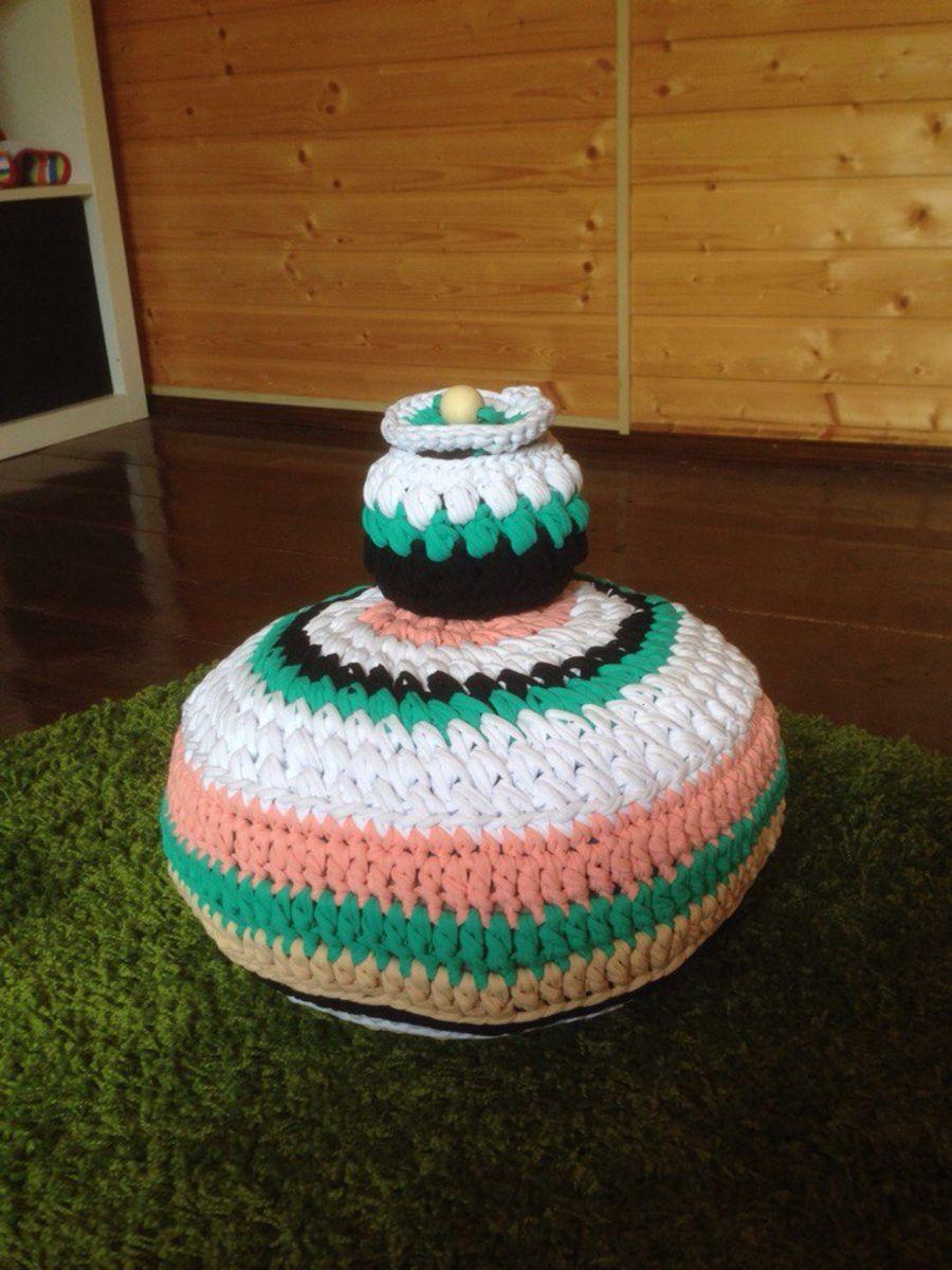 Быстрый пуфик из трикотажной пряжи и подушки