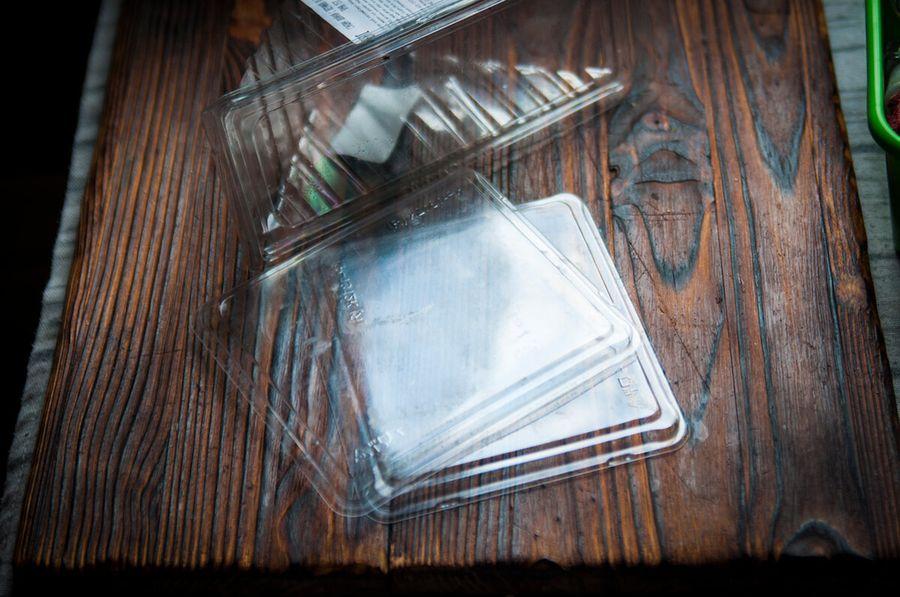 Не выбрасывайте пластиковые контейнеры! Оказывается, ими можно заменить дорогой материал для творчества